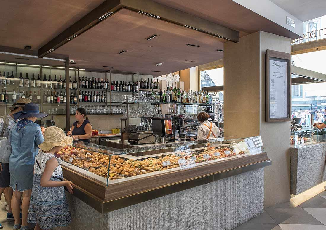 Bancone principale con panini e cornetti per la colazione