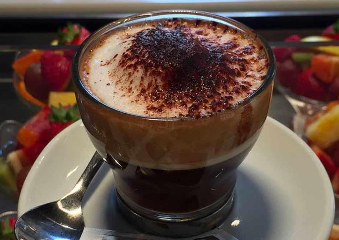 Cioccolata calda con cacao e panna