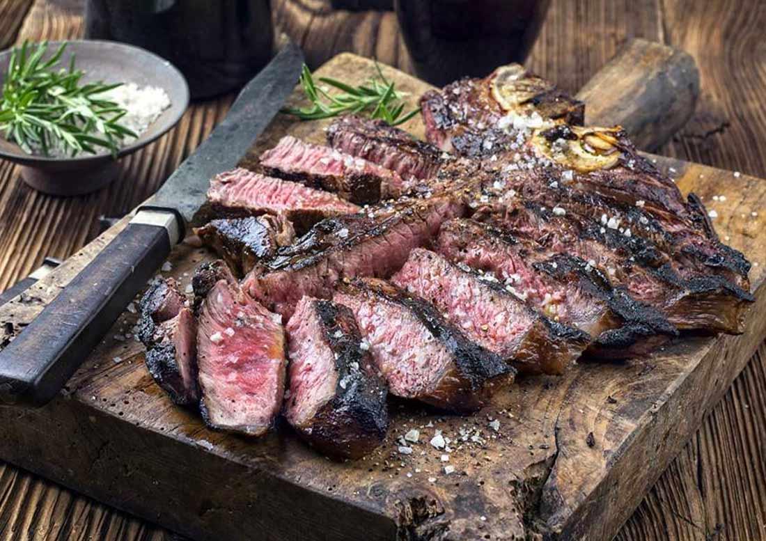 tagliata di bistecca alla fiorentina su tagliere